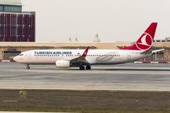 I turco 737 dopo il tramonto che tassa per decollano Fotografia Stock Libera da Diritti
