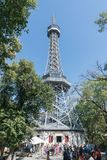I turisti ammucchiano intorno alla base della torre dell'allerta di Petrin sopra hil Fotografia Stock