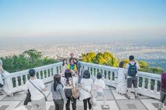 I turisti asiatici del gruppo posano per la foto all'allerta a Wat Phra That Fotografia Stock