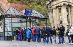 I turisti aspettano nella linea per comprare i biglietti per il funicolare Budapest, Ungheria Immagini Stock