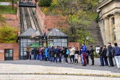I turisti aspettano nella linea per comprare i biglietti per il funicolare Budapest, Ungheria Fotografie Stock Libere da Diritti