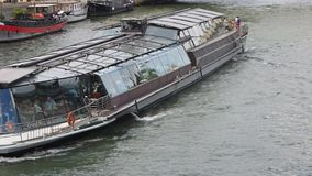 I turisti a bordo di una barca di fiume visitano la capitale francese archivi video