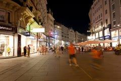 I turisti camminano alla notte nel centro di Vienna immagini stock