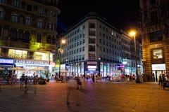 I turisti camminano alla notte nel centro di Vienna fotografia stock libera da diritti