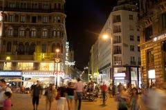 I turisti camminano alla notte nel centro di Vienna immagine stock libera da diritti
