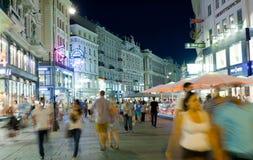 I turisti camminano alla notte nel centro di Vienna fotografie stock libere da diritti
