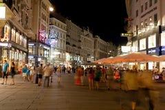 I turisti camminano alla notte nel centro di Vienna, Austria fotografie stock libere da diritti