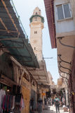 I turisti camminano giù tramite via di dolorosa nella vecchia città di Gerusalemme, Israele Fotografia Stock Libera da Diritti