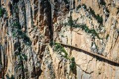 I turisti camminano lungo il El Caminito del Rey, Malaga, Spagna immagini stock libere da diritti