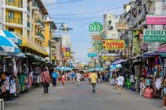 I turisti camminano lungo la strada di Khao San del porto di viaggiatore con zaino e sacco a pelo Fotografie Stock Libere da Diritti