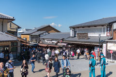I turisti camminano su una via intorno al tempio di Kiyomizu Fotografie Stock Libere da Diritti