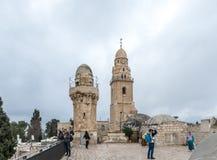 I turisti camminano sul tetto della costruzione, che alloggia la tomba di re David e vede le viste in vecchia città di Gerusalemm immagine stock libera da diritti