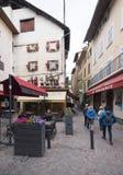 I turisti camminano sulla piazza in francese la città di Alta Provenza del barcelonnette Immagine Stock