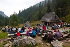 I turisti catturano un resto ed hanno spuntini sul prato di Strazyska immagini stock
