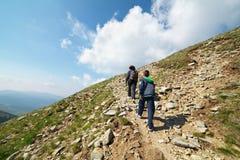 I turisti che fanno un'escursione su Iezer alzano in Parang Fotografie Stock Libere da Diritti