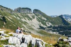 I turisti che guardano le alpi Fotografia Stock