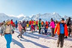 I turisti che portano il vestito di sci sono divertimento per giocare lo sci su gornergrat, la montagna di Zermatt, Svizzera Ques Immagini Stock