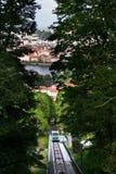 I turisti che viaggiano con il funicolare di Petrin all'allerta di Petrin si elevano Fotografia Stock