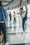 I turisti che visitano la perla orientale si elevano a Shanghai, Cina Fotografia Stock Libera da Diritti