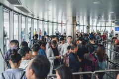I turisti che visitano la perla orientale si elevano a Shanghai, Cina Immagini Stock
