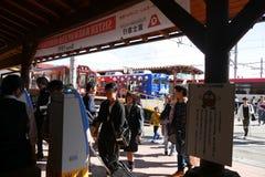 I turisti con la borsa arriva alla stazione di Kawaguchiko Immagini Stock Libere da Diritti
