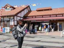 I turisti con la borsa arriva alla stazione di Kawaguchiko Immagini Stock