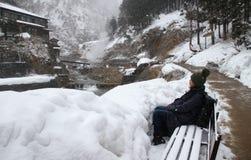 I turisti con neve cade nel Giappone Immagini Stock