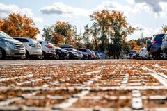 I turisti dai paesi differenti hanno parcheggiato le loro automobili nel parcheggio Immagini Stock
