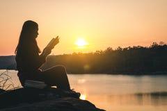 I turisti delle donne hanno letto i libri nelle quiete Fotografia Stock Libera da Diritti