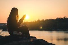 I turisti delle donne hanno letto i libri nelle quiete Immagini Stock Libere da Diritti
