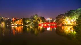 I turisti di lasso di tempo visitano il parco pubblico del lago Hoan Kiem alla notte nella città di Hanoi video d archivio