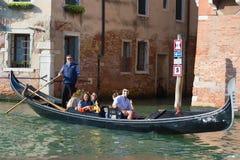 I turisti divertenti guidano la gondola su Grand Canal Venezia, Italia Fotografia Stock