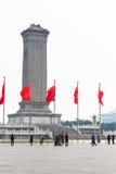I turisti e le bandiere rosse si avvicinano al monumento agli eroi Fotografia Stock Libera da Diritti