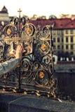 I turisti ed i credenti veri vengono egualmente a pregare e toccare fotografia stock