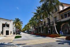I turisti ed i locali godono di degno il viale sul Palm Beach Fotografia Stock