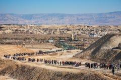 I turisti ed i pellegrini camminano dopo la visita del Jordan River Fotografia Stock