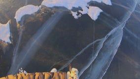 I turisti ed i viaggiatori sul ghiaccio del lago Baikal vanno esaminare il ghiaccio pulito video d archivio