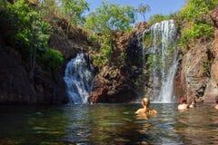 I turisti ed i residenti godono di di rinfrescare la nuotata a Florence Falls, destinazione molto popolare per i turisti ed i loc fotografia stock libera da diritti
