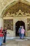 I turisti entrano nel divano Immagine Stock