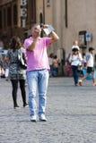 I turisti equipaggiano la presa della foto con la macchina fotografica digitale Immagini Stock