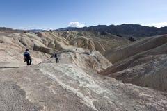 I turisti esplorano Death Valley Fotografia Stock Libera da Diritti