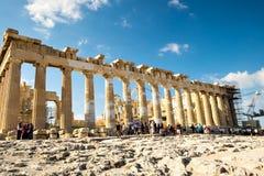 I turisti esplorano il Partenone Lavoro di ripristino al Partenone Fotografia Stock