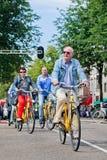 I turisti esplorano la città sulla bici locativa, Amsterdam, Paesi Bassi fotografia stock libera da diritti