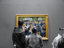 I turisti fotografano il Moulin De La Galetee iconico da Renoir immagine stock