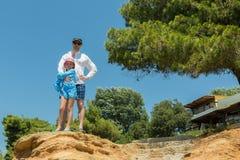I turisti generano e figlia sulla costa egea della penisola di Sithonia Immagini Stock Libere da Diritti