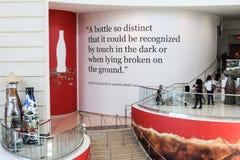 I turisti girano intorno al mondo di Coca-Cola Immagine Stock