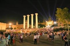 I turisti godono della rappresentazione a Barcellona fotografia stock