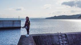 I turisti guardano la forza della parete Progettato e costruito per proteggere la città dal tsunami fotografia stock