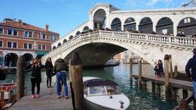 I turisti guidano sulla barca sotto il ponte di Rialto a Venezia, Italia Fotografie Stock Libere da Diritti