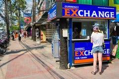 I turisti hanno approfittato dei servizi di cambio in una cabina nella via Kata, Phuket, Tailandia Fotografia Stock